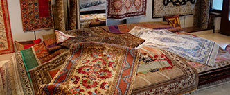 Gutachten und Wertbestimmung von Teppichen - Symbolfoto von gestapelten Teppichen