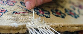 Fachmännische Reparatur eines Teppichs